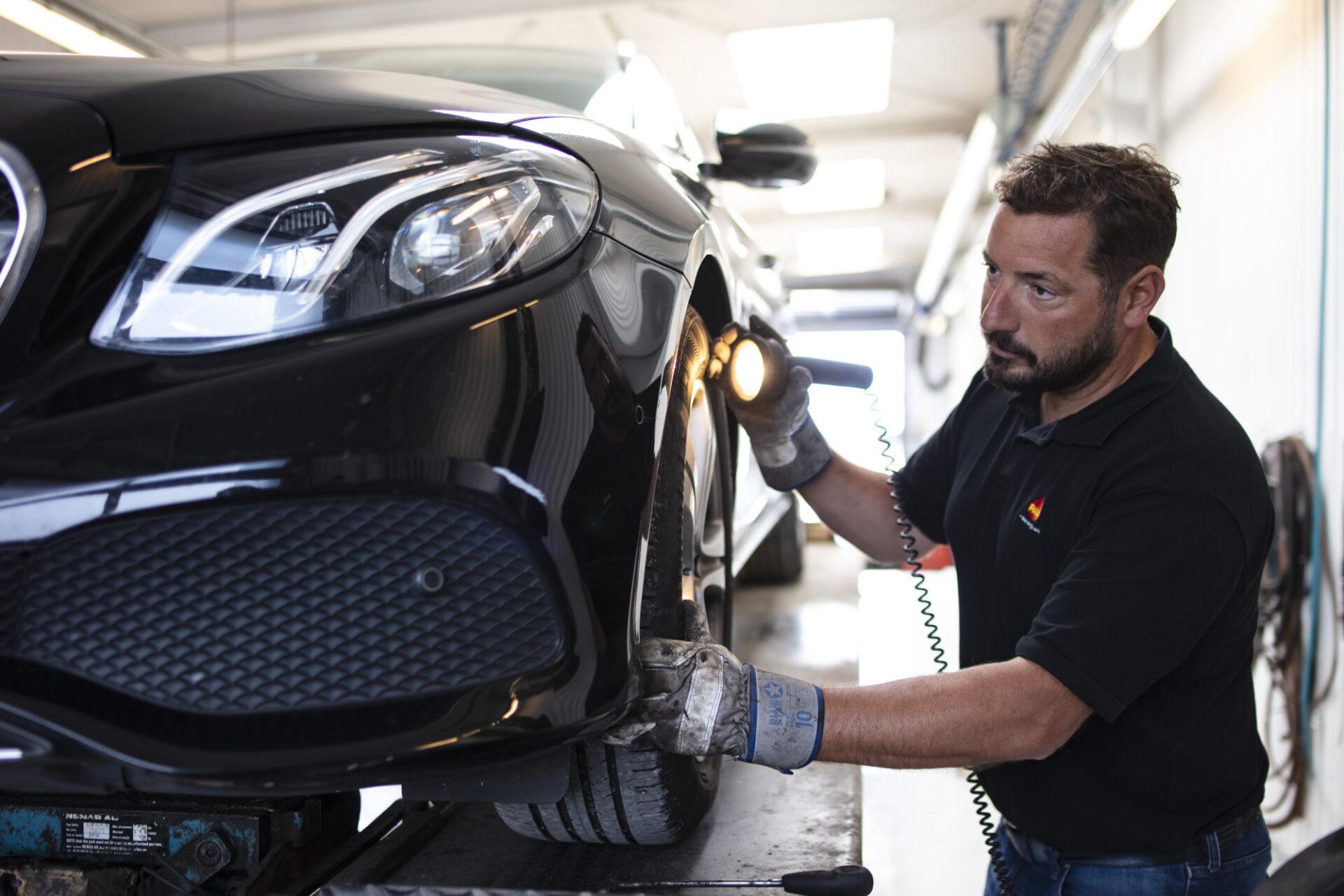 Bilsyn hvor mekaniker gennemgår bilens sikkerhed og miljøbelastning
