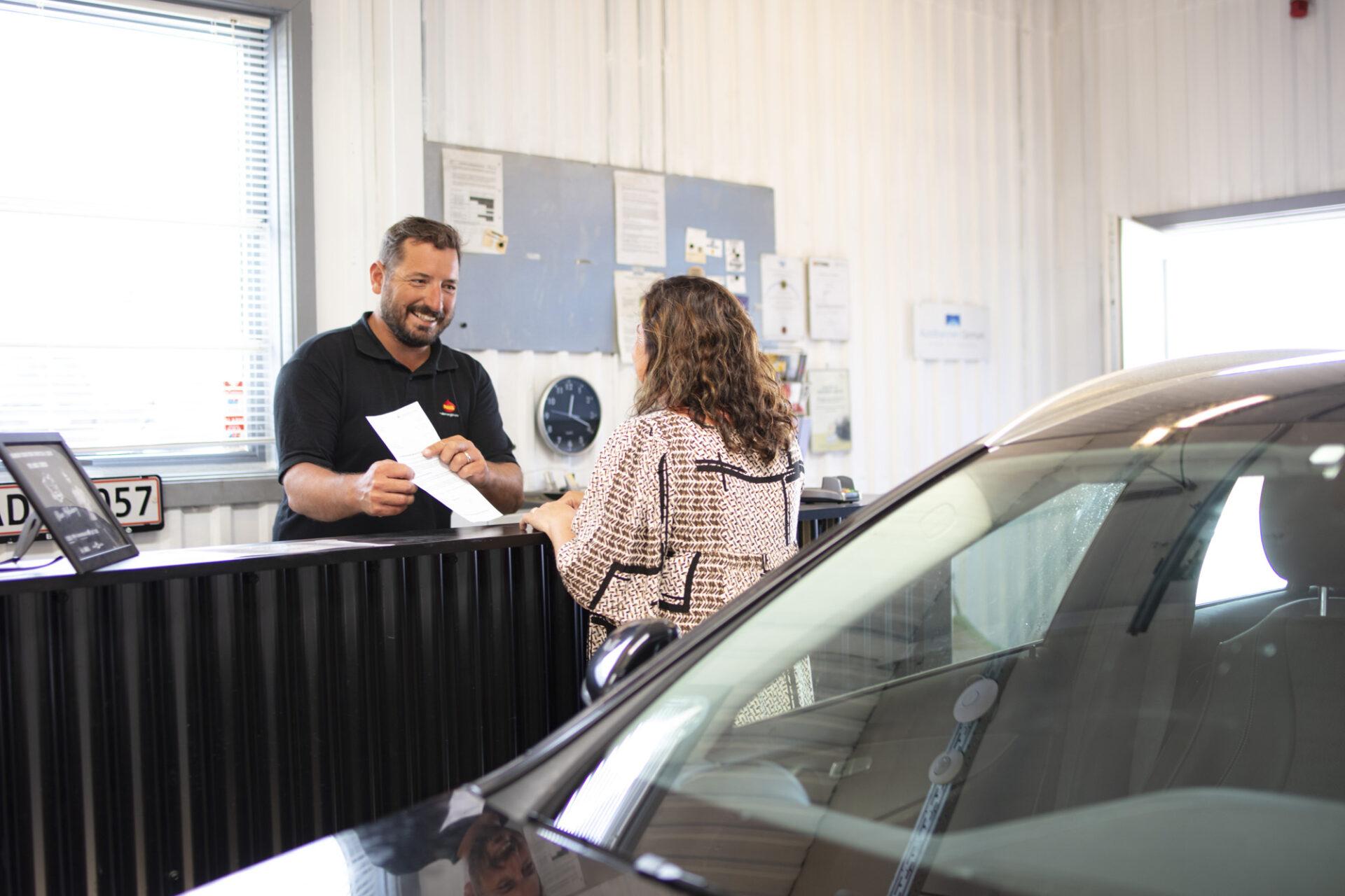 Billedet viser en kunde der er ved at book rustbeskyttelse eller bilsyn hos Farum Pavacenter